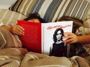 Nina-e-Cloe-leggono-il-libro-di-mamma-Francesca